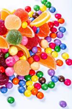 Обои Сладости Конфеты Мармелад Драже Белый фон Разноцветные Еда картинки