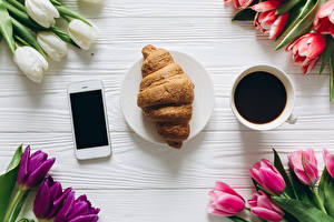 Фотографии Тюльпаны Круассан Кофе Сматфоном Продукты питания