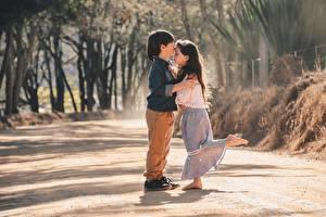 Фотография Двое Мальчик Девочки Обнимает Поцелуи ребёнок