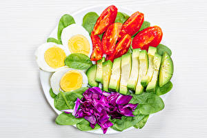 Фото Овощи Томаты Авокадо Белом фоне Яйцо spinach