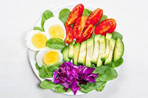 Фото Овощи Томаты Авокадо Белом фоне Яйцо spinach Пища