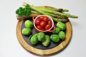 Картинка Овощи Помидоры Серый фон Разделочная доска Спаржа Brussels sprout Продукты питания
