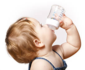 Фотография Белый фон Грудной ребёнок Волос Руки Бутылки