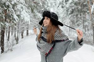 Обои Зимние Снега Шатенки Шапка Улыбается Счастье Позирует девушка
