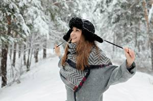 Обои Зима Снег Шатенка Шапки Улыбка Радость Поза Девушки картинки