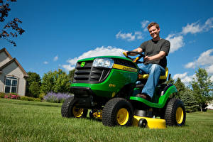 Картинки Сельскохозяйственная техника Мужчина Трава 2011-17 John Deere D110