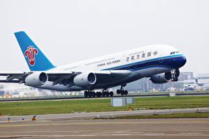 Фотография Эйрбас Самолеты Пассажирские Самолеты Взлетает Southern A380 Авиация