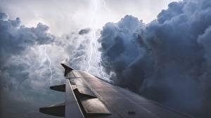 Картинки Крыло самолёта Молния Облака Туч