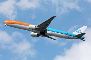 Фотография Боинг Самолеты Пассажирские Самолеты Летящий KLM Orange livery b777 Авиация