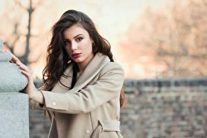 Фотография Боке Позирует Волос Смотрит Пальто Шатенки Красивая девушка