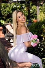Картинки Букеты Блондинка Улыбка Платья Сидя Девушки