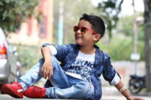 Фотография Мальчишки Очках Улыбка Сидя Джинсы Куртка ребёнок