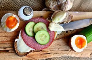 Картинка Хлеб Колбаса Огурцы Нож Бутерброды Яиц Нарезанные продукты Продукты питания