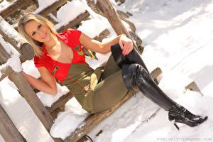 Картинки Candice Collyer Блондинка Взгляд Сапогов Платье Сидит Скауты девушка