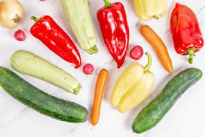 Обои для рабочего стола Морковка Кабачки Огурцы Перец овощной Редис Лук репчатый Овощи Белом фоне Пища