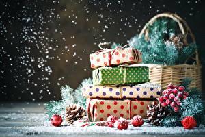 Фотография Новый год Подарки Шишки Коробка Бумага