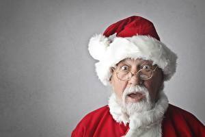 Обои Новый год Мужчины Серый фон Дед Мороз Шапки Взгляд Очки Удивление