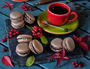Фотографии Печенье Рябина Макарон Чашке Блюдца Продукты питания