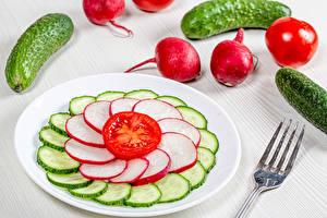 Обои для рабочего стола Огурцы Редис Помидоры Тарелке Нарезка Продукты питания