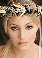 Фото Лица Блондинки Венком Смотрит молодая женщина