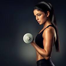 Фото Фитнес Руки Гантели Красивые Брюнетки Взгляд Модель спортивные Девушки