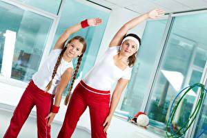 Фотография Фитнес Мама Двое Девочка Косы Руки спортивные Девушки