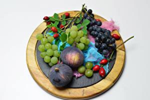Фото Фрукты Виноград Инжир Серый фон Разделочная доска Шиповник плоды Еда