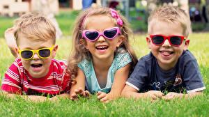 Обои Трава Трое 3 Лежат Смех Счастливая Очков Мальчишка Девочка Дети