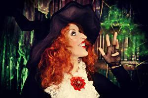 Фото Хеллоуин Пальцы Ведьма Рыжие Шляпа Улыбается девушка