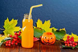 Обои для рабочего стола Хэллоуин Сок Тыква Рябина Доски Бутылки Листва Пища