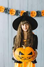 Обои Хэллоуин Тыква Ведьма Девочки Шляпе Волосы Смотрит Дети