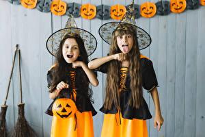 Картинка Хеллоуин Тыква Ведьма Девочки Вдвоем Униформе Шляпа Рука Язык (анатомия) Дети