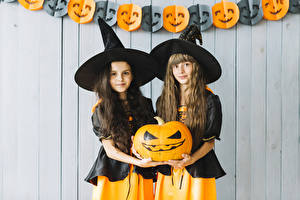 Фотографии Хеллоуин Тыква Ведьма Двое Шляпа Взгляд Рука Девочки Дети