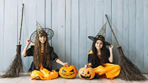 Фотография Хэллоуин Тыква Ведьма Стенка Девочка Вдвоем Сидя Униформа Шляпы ребёнок