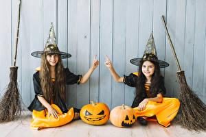 Обои Хеллоуин Тыква Ведьма Стена Девочка Двое Шляпа Улыбка Руки Дети