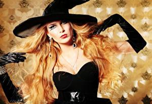 Картинки Хэллоуин Ведьма Блондинки Шляпы Серег Перчатках Мейкап Смотрит девушка