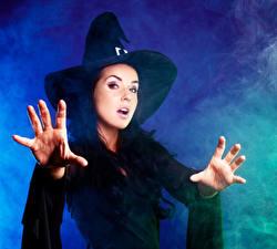 Фото Хэллоуин Ведьма Брюнетки Шляпы Рука Смотрит девушка