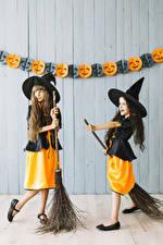 Обои для рабочего стола Хэллоуин Ведьма Девочка Два Униформа Шляпы ребёнок