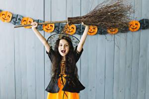 Картинка Хэллоуин Ведьма Девочка Униформе Радость Руки Дети