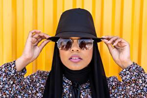 Фото Индийские Шляпа Рука Очки Отражение молодые женщины