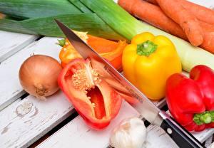 Картинки Нож Перец овощной Лук репчатый Чеснок Морковь Овощи Доски
