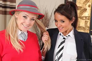 Обои Lucy Anne Brooks Sarah-Jayne Jessop 2 Блондинки Шатенки Смотрит Улыбается Рука Галстуком девушка