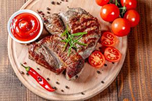 Обои Мясные продукты Помидоры Перец чёрный Острый перец чили Разделочная доска Кетчупом