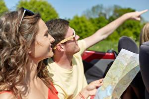 Фотографии Мужчины Вдвоем Шатенка Волосы Очки Улыбка Рука Туризм Турист Девушки