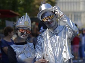 Фотография Мужчины Двое Шляпа Очков Улыбка Перчатках Косплей Серебристый Девушки