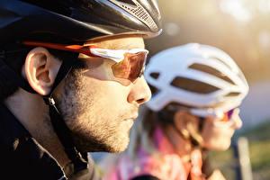 Картинка Мужчины Боке Двое В шлеме Очки Сбоку cyclist