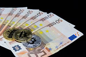 Картинка Деньги Купюры Евро Монеты Bitcoin Черный фон