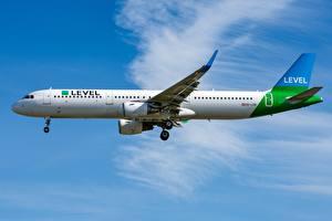 Фотография Пассажирские Самолеты Airbus Сбоку A321-200S OE-LCN Level