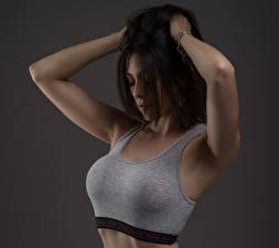 Фото Поза Руки Майка Шатенка Красивые Серый фон Груди молодые женщины