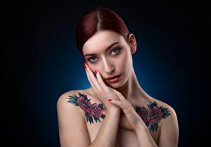 Обои Поза Рука Татуировки Взгляд Мейкап Рыжие молодая женщина